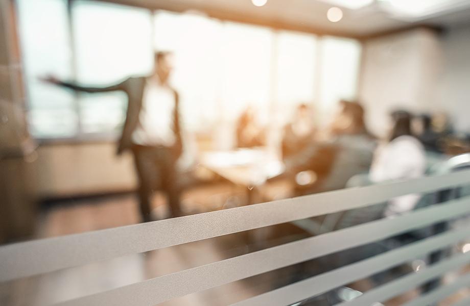 Mand præsenterer til et fællesmøde.